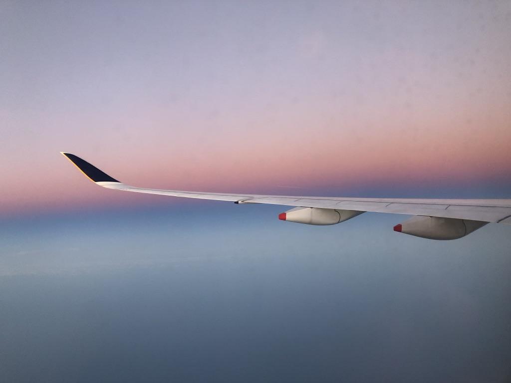 Flugzeugflügel vor Wolkendecke